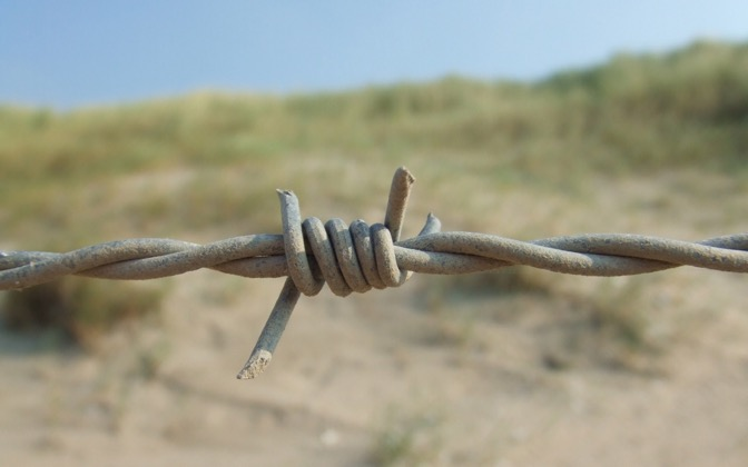 High-resolution desktop wallpaper Barbed Wire by Jos Bouthoorn