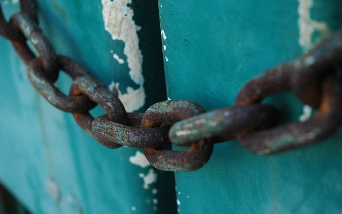High-resolution desktop wallpaper Chained Door by Felipe